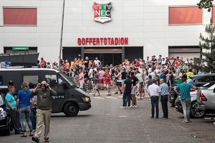 De politie houdt toezicht op het Goffertplein na de return op zondag 28 mei tegen NAC. Ook deze wedstrijd werd verloren.