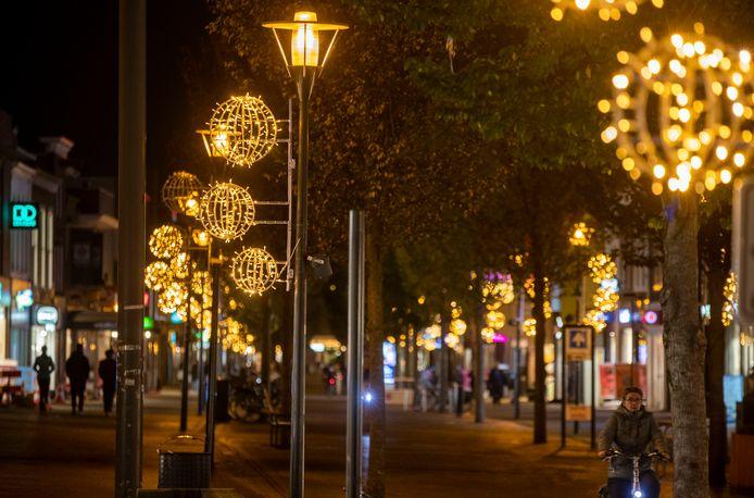 De Hoofdstraat van Veenendaal is al feestelijk verlicht.