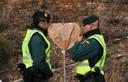Agenten in de buurt van de plaats waar naar Julen wordt gezocht, bij een hartvormig bord.