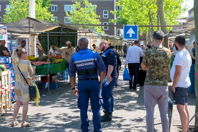 De markt op het grote Visserijplein in Rotterdam West Delfshaven is weer open na 8 weken dicht te zijn geweest.  Beeld Hollandse Hoogte / Hans van Rhoon