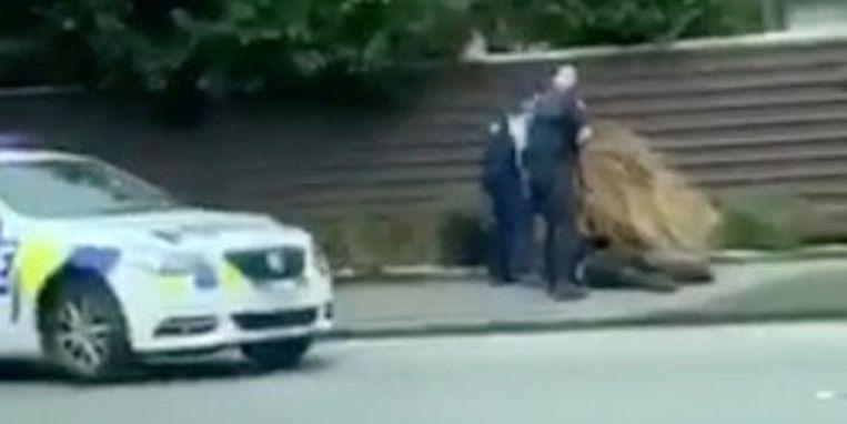De arrestatie van Tarrant, verspreid via Twitter door @ROBERT22041432.  Beeld REUTERS