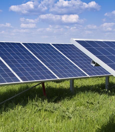 Bedrijf werkt aan zonnepark langs A15