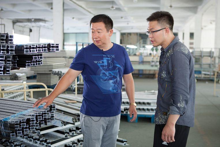 Portret van Ma Yongijan (links) en Gan Huileis (rechts) in de kozijnenfabriek. Beeld Judith Baas
