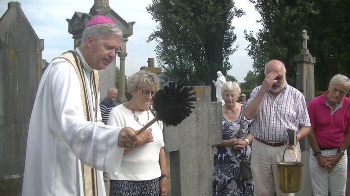 Monseigneur Mutsaerts zegent het graf van Cees van Gisbergen, aan de zijde van diens vrouw Tiny