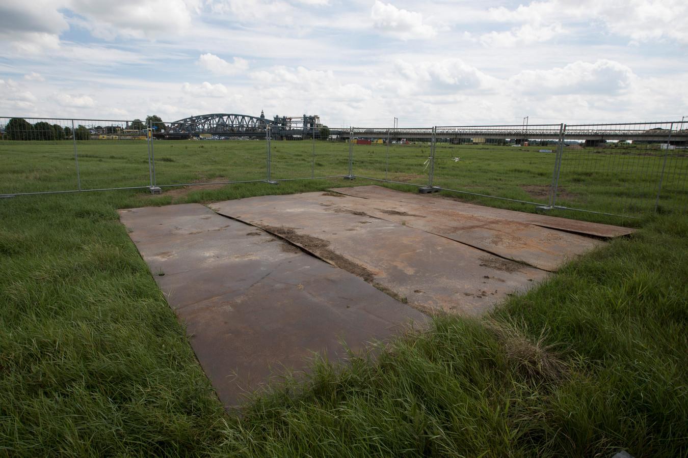De vindplaats van de V1 nabij de Oude IJsselbrug is met hekken afgezet en afgedekt met rijplaten.