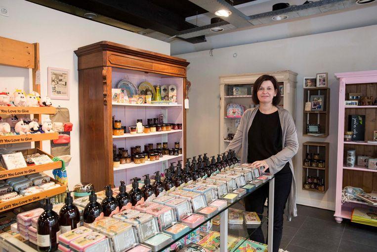 Het interieur van De Winkelkast, de nieuwe winkel van Kaat Decock, ziet er knus en gezellig uit.