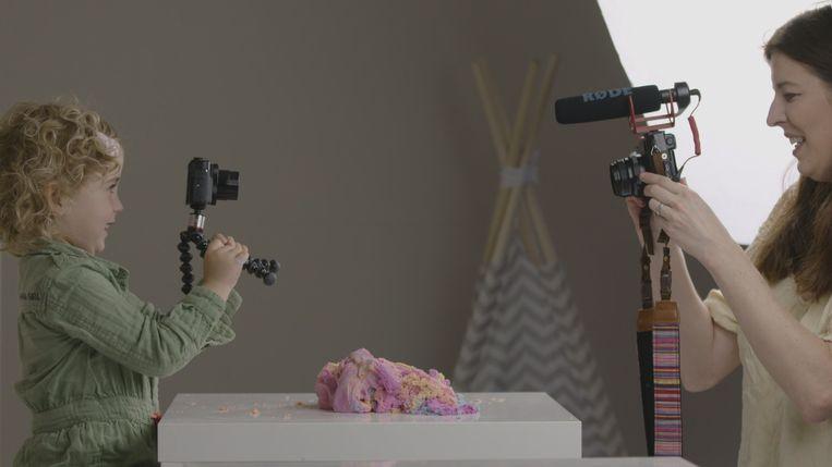 Jaydie en Patricia in de VPRO-documentaire Mijn dochter de vlogger  Beeld null