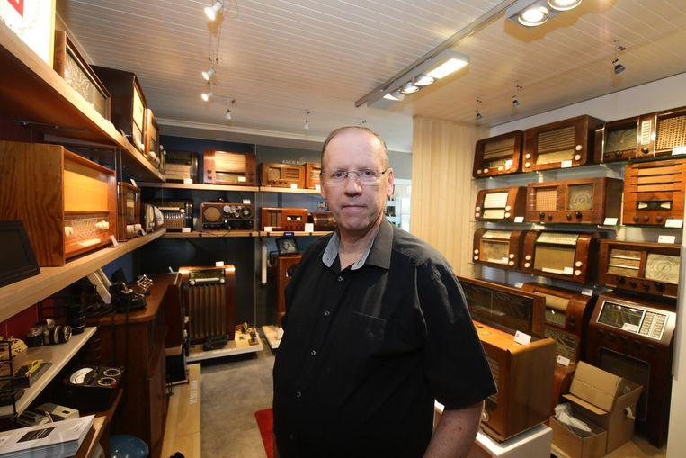 Paul Andries bij zijn collectie.