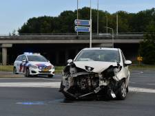 Binnen een uur twee ongelukken op dezelfde plek in Apeldoorn: auto's lopen flinke schade op