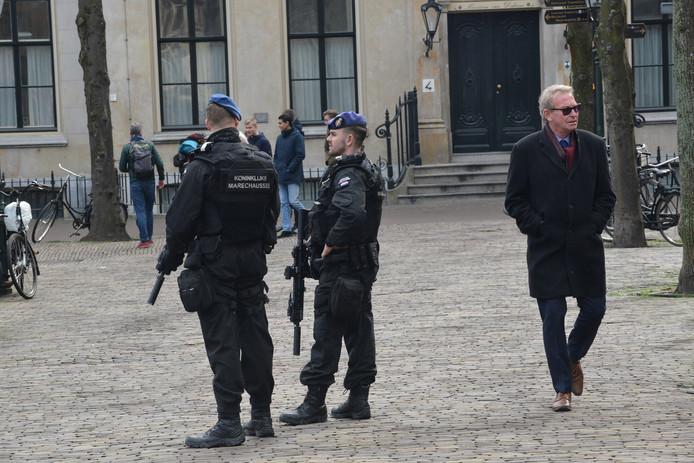 Op het Plein in Den Haag lopen nu extra mannen van de Marechaussee rond.