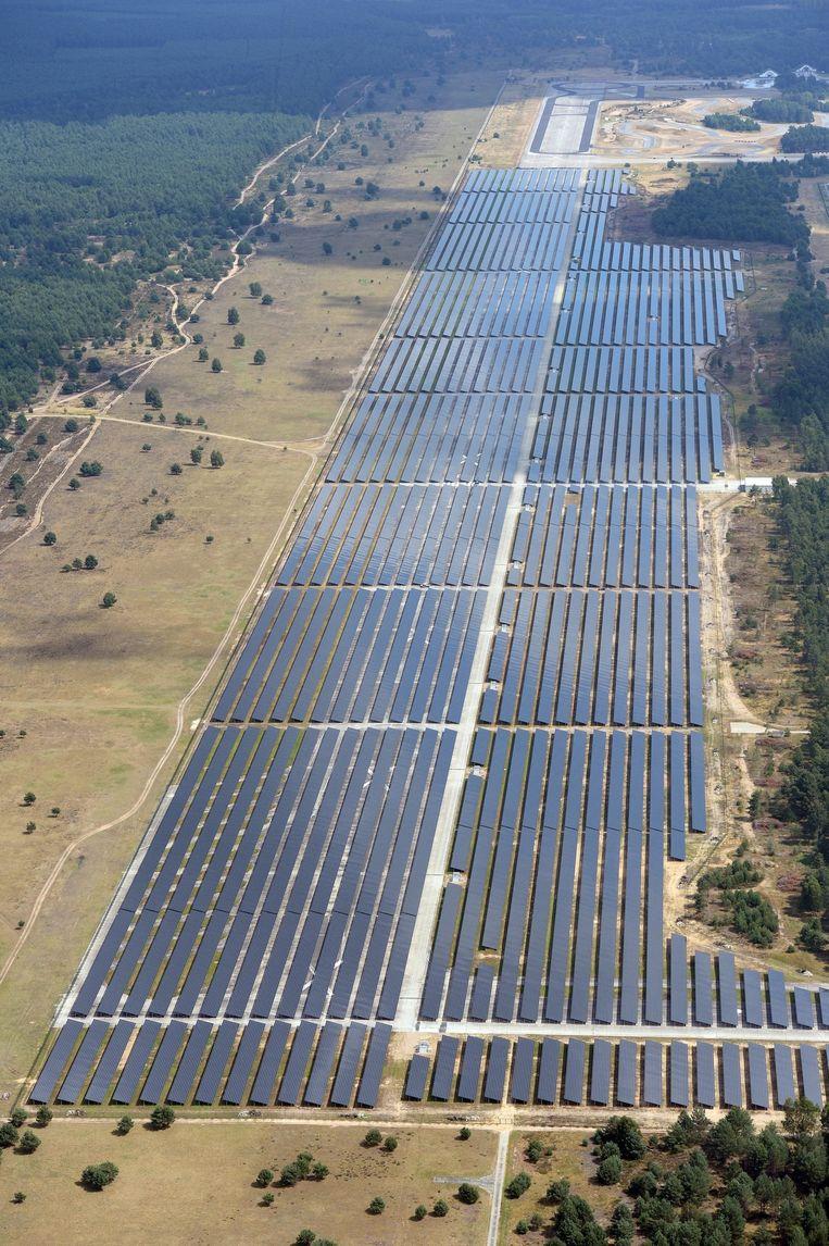 Groot zonnepark op een voormalig vliegveld in het Duitse Brandenburg. Ontwikkelaars van zonneprojecten vinden de Nederlandse markt vanwege de onzekere subsidie regeling te onvoorspelbaar. Beeld epa