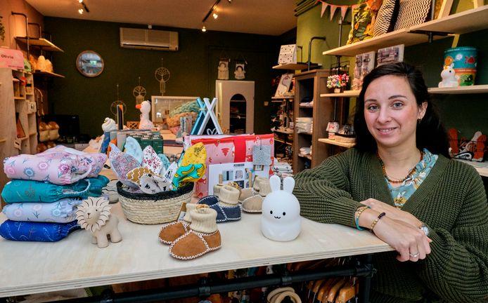 Sharon Schotel in haar nieuwe baby- en kinderkleding winkel aan de Vrieseweg.