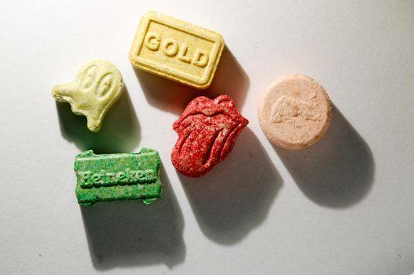 De man zou onder meer 32.500 xtc-pillen verkocht hebben. De drugs werden verstuurd via de post.