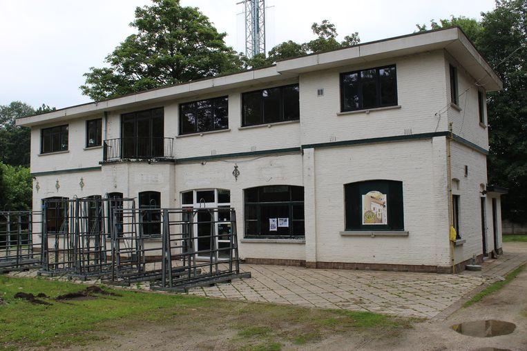 De Chalet Heldenpark was jaren populair als Irish Pub, en wordt momenteel door de stad Eeklo verbouwd.