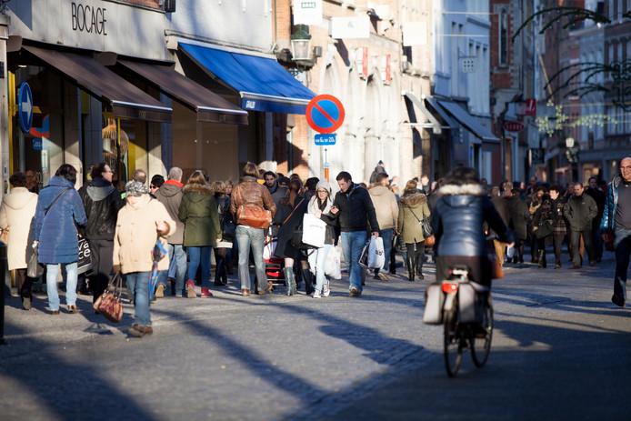 Fietsers inhalen in de Steenstraat in Brugge is sowieso al niet evident.