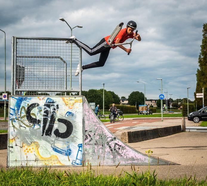 """Lukas Laurijssens doet aan stuntsteppen. ,,Het is een soort rage. Veel mensen van school doen het ook."""""""
