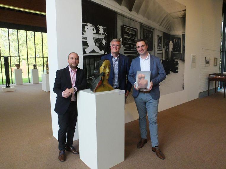 Mudel-conservator Wim Lammertijn, curator Peter Pauwels en cultuurschepen Rutger De Reu (CD&V) bij een van de werken van Jozef Cantré.