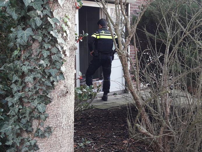 De politie onderschept aan een Eindhovense voordeur een pakket met chemicaliën, bedoeld voor de productie van drugs.