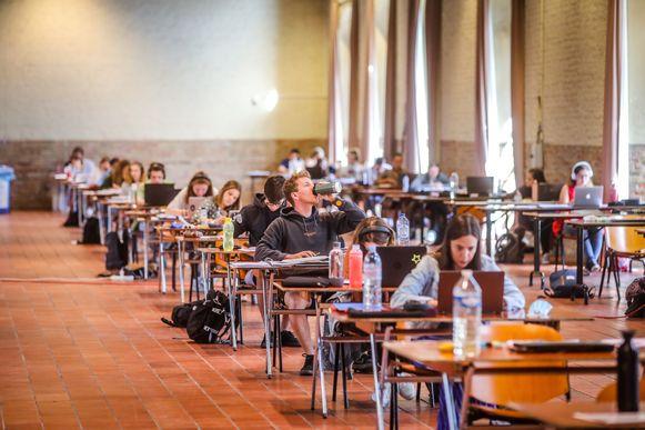 In de stadshallen van het belfort van Brugge kunnen tientallen studenten terecht.