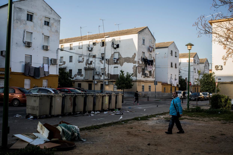 In Los Pajaritos zijn veel woningen vervallen. Geplande herstelwerkzaamheden liepen flinke vertraging op door de financiële crisis.