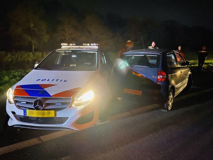 De politie heeft op de A73 bij Boxmeer de bestuurder van een Volkswagen klemgereden nadat die opzettelijk tegen een politie-auto was aangereden.