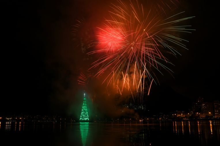 Vuurwerk rond de kerstboom van Rio de Janeiro, Brazilië, in december. Beeld Reuters