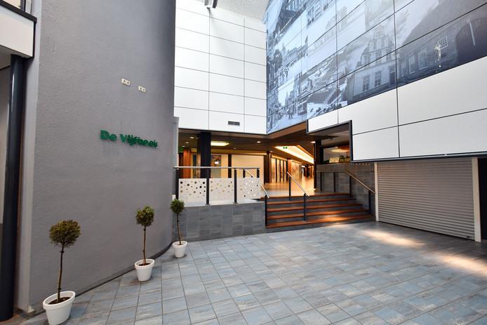 Als het aan de VVD-fractie ligt, komt de revitalisatie van winkelcentrum In den Vijfhoek weer op de politieke agenda te staan.