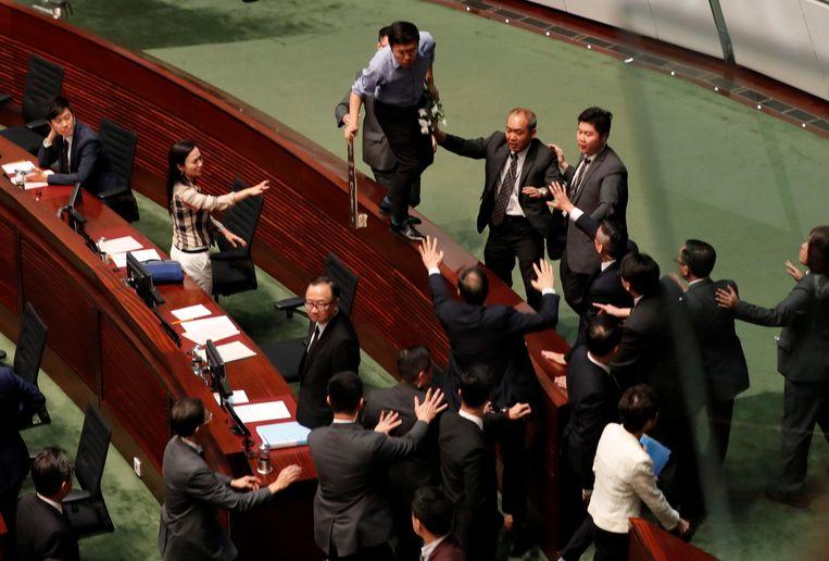 Vandaag was het opnieuw onrustig in het parlement van Hongkong.