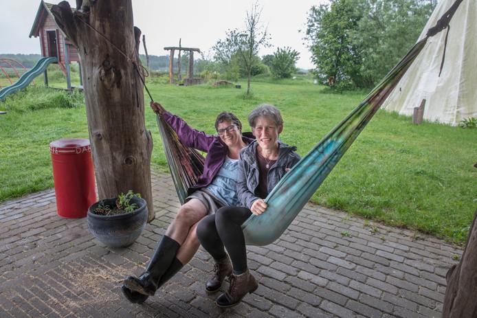 Marjan Verhees (links) met naast haar: Carry Verrijt, een van de vele vrijwilligers van het Eibernest