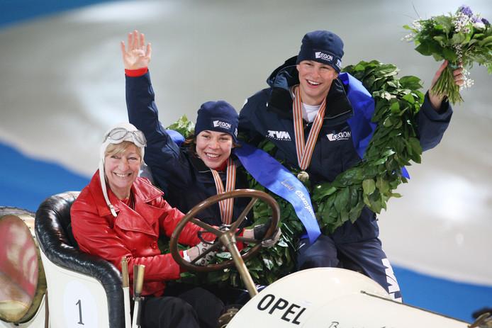 Paulien van Deutekom in de slee met Sven Kramer na het behalen van de wereldtitel in 2008.
