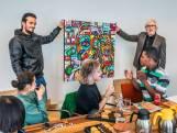 Wethouder krijgt bijzondere kunst van kunstenaars met beperking