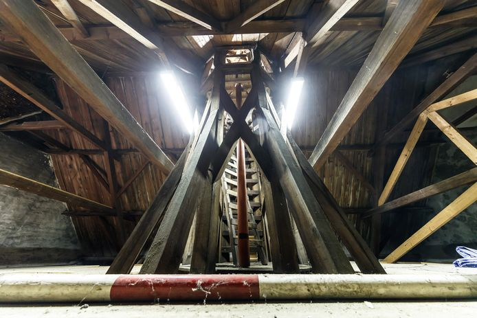 Oudenbosch - 20-8-2019 - Foto: Pix4Profs/Marcel Otterspeer - Serie Wat Zit Erachter: Onder het Zouavenmuseum aan de Markt is nog een oude veldwachterswoning te vinden. Op zolder de trap naar het torentje en een oude vlaggenmast. De tweede is zoek.