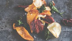Haal de herfst op je bord met de groentechips van Sandra Bekkari