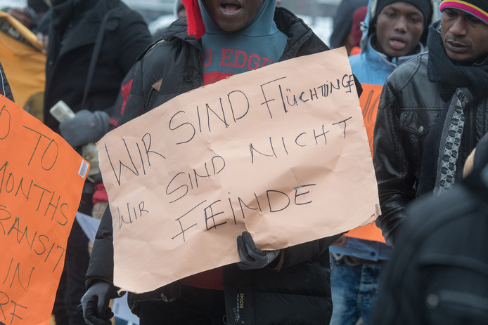 Afgewezen vluchtelingen demonstreerden deze week in Degendorf tegen het terugsturen naar landen van afkomt. 'We zijn vluchtelingen, we zijn geen vijanden'.