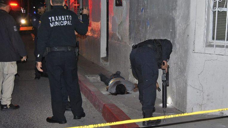 Een doodgeschoten jongen bij de Amerikaans-Mexicaanse grens. Beeld EPA