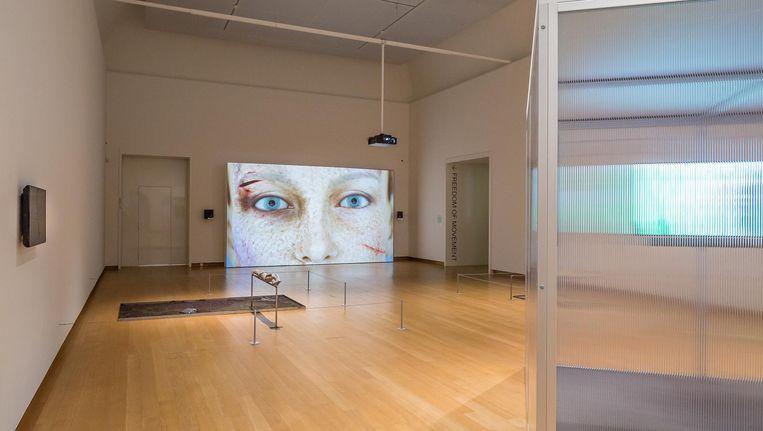 Werk van Isabelle Andriessen, Kate Cooper en rechts het IND-loket van Juan Arturo García. Beeld Peter Tijhuis