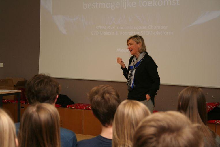 Hilde Crevits legt het belang van STEM uit.