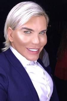 Geen chirurgie meer voor levende Ken-pop na aanhouding in Dubai
