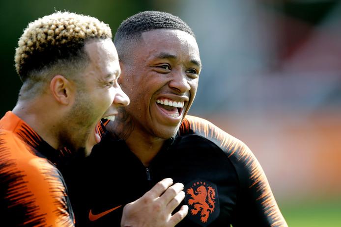 Memphis Depay en Steven Bergwijn (r) dollen met elkaar tijdens de training van Oranje.