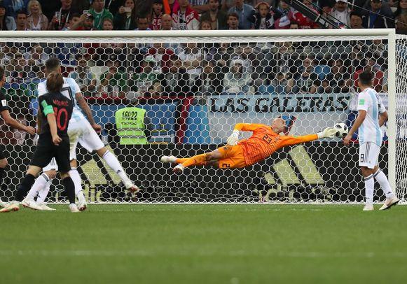 Caballero kan een tweede keer vissen bij het afstandsschot van Modric.