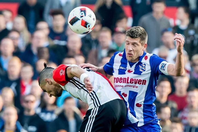 Stijn Schaars in duel met Bilal Basacikoglu.