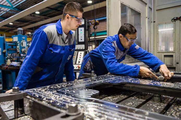 Werkzaamheden bij metaalbedrijf  Witte van Moort in Vriezenveen. In de Twentse metaal is  grote behoefte aan vaklieden, zegt het UWV.