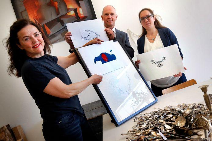 Kunstenares Mariëtte van der Ven (links) samen met edelsmid Chantal Smits en burgemeester Marcel Fränzel
