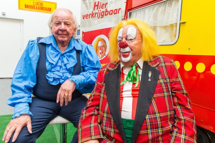 Aad van Toor (links), alias Adriaan, was niet verrast toen hij hoorde dat zijn broer ophoudt als clown Bassie.