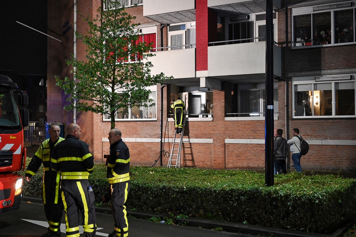 Matras in brand in Tilburgse woning, bewoonster naar ziekenhuis