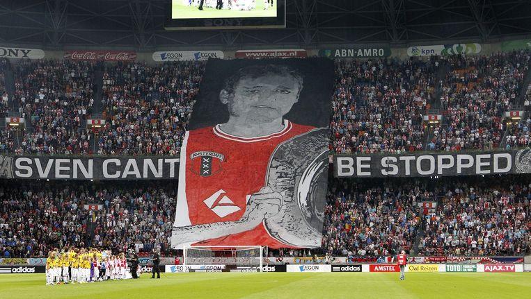Een door de Ajaxleiding goedgekeurd doek ter nagedachtenis aan de geliquideerde Sven Westendorp,kopstuk van de harde kern. Beeld Ed van de Pol
