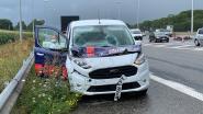 Even schrikken voor Britse familie: laadklep vrachtwagen komt los op E40 en belandt op motorkap