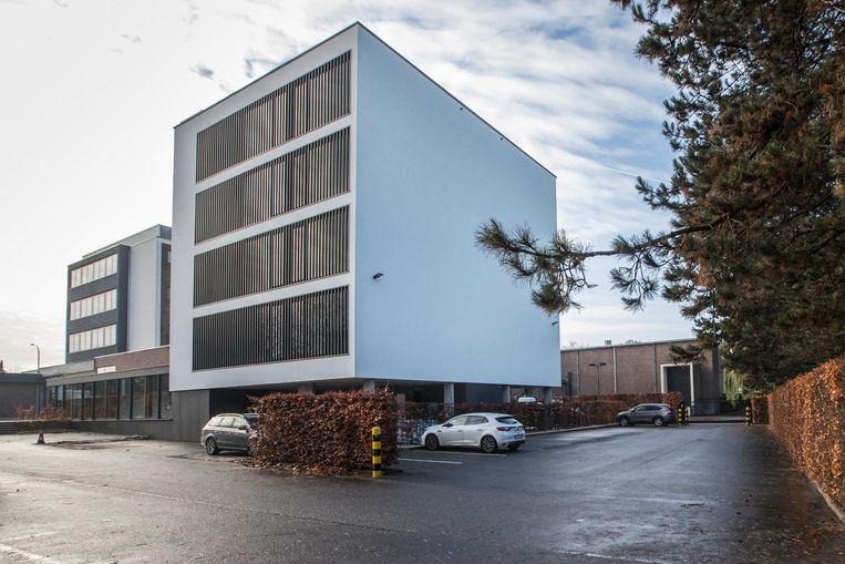 De opvallende nieuwbouw achteraan het hotelterrein moet het stijgende aantal overnachtingen bij Hotel Serwir opvangen.
