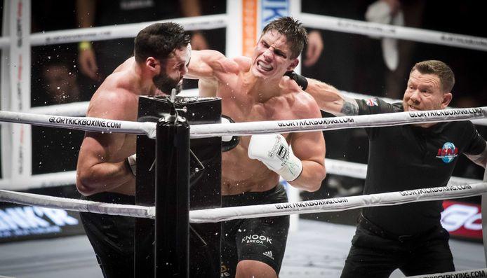 Rico Verhoeven (r) en Jamal Saddik tijdens hun gevecht van 2017.