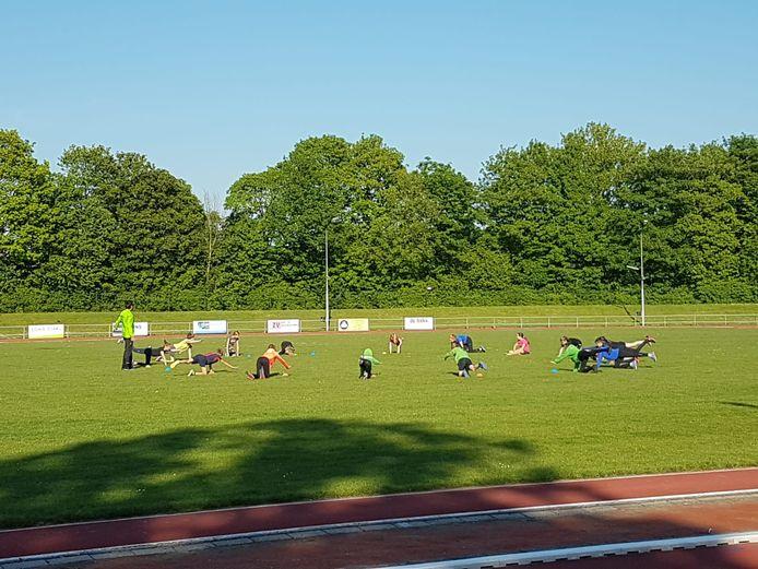 Atletiektraining in coronatijd bij Scheldesport in Terneuzen.